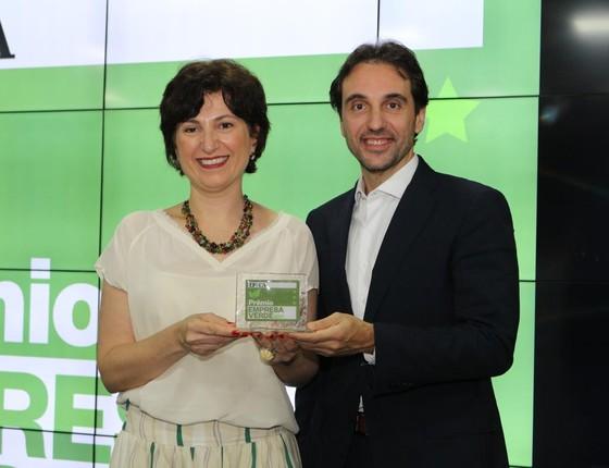 Luciava Villa Nova, gerente de sustentabilidade da Natura, recebe o troféu de Carlo Pereira, do Pacto Global (Foto: Rogério Cassimiro)