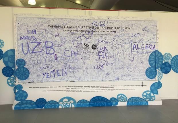Painel com assinaturas e mensagens de quem passou pela Policlínica (Foto: Lucas de Oliveira Fernandes)