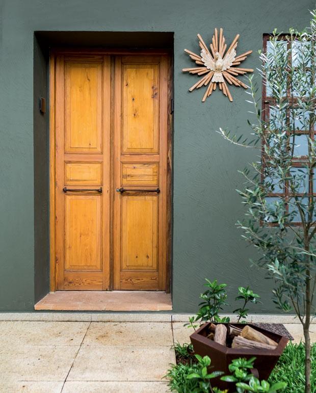 Porta-de-duas-folhas-designer-de-interiores-tota-penteado-madeira-pinho-de-riga (Foto: Edu Castello/Editora Globo)