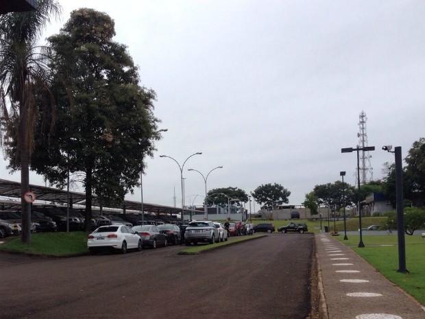 Durante cumprimento de mandados em Foz do Iguaçu, policiais apreenderam veículos usados por suspeitos de integrar o esquema de lavagem de dinheiro (Foto: Rodrigo Soares / RPC)