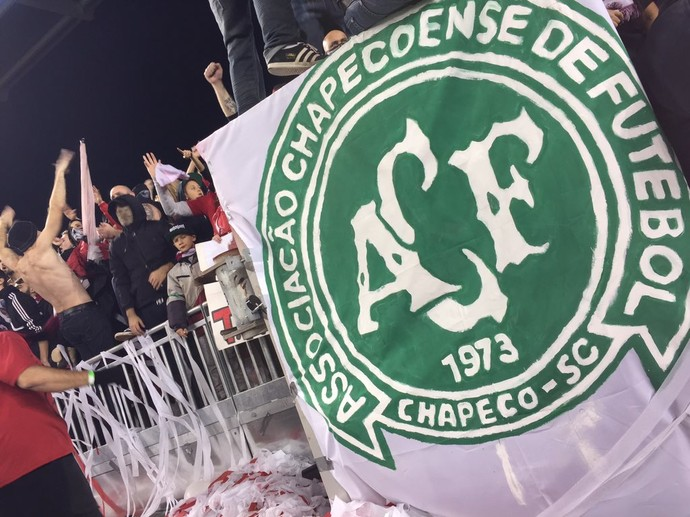 Escudo da Chapecoense no meio da torcida do Toronto na final da Conferência Leste da MLS (Foto: Reprodução de Twitter)