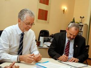 Prefeito José Fortunati assina decreto ao lado do presidente da EPTC, Vanderlei Cappellari (Foto: Luciano Lanes/PMPA)