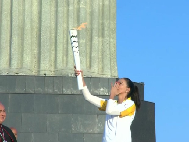 Ex-jogadora de vôlei Isabel se emocionou ao segurar a tocha no maior monumento do Rio de Janeiro (Foto: Reprodução / TV Globo)