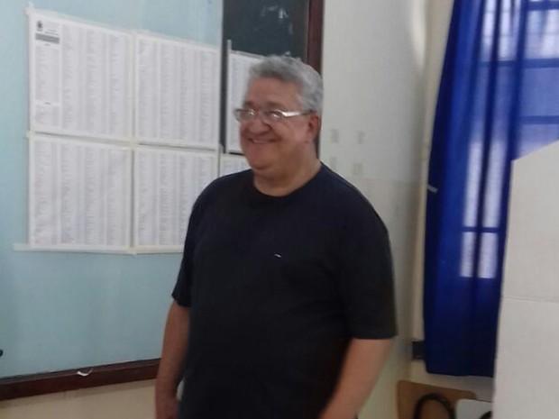Candidato a prefeito Aroldo Figueiró (PTN) vota em Campo Grande (Foto: Ellen Rocha/TV Morena)