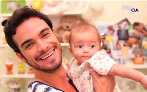Sidney Sampaio apresenta o filho de cinco meses e ensina a trocar fraldas
