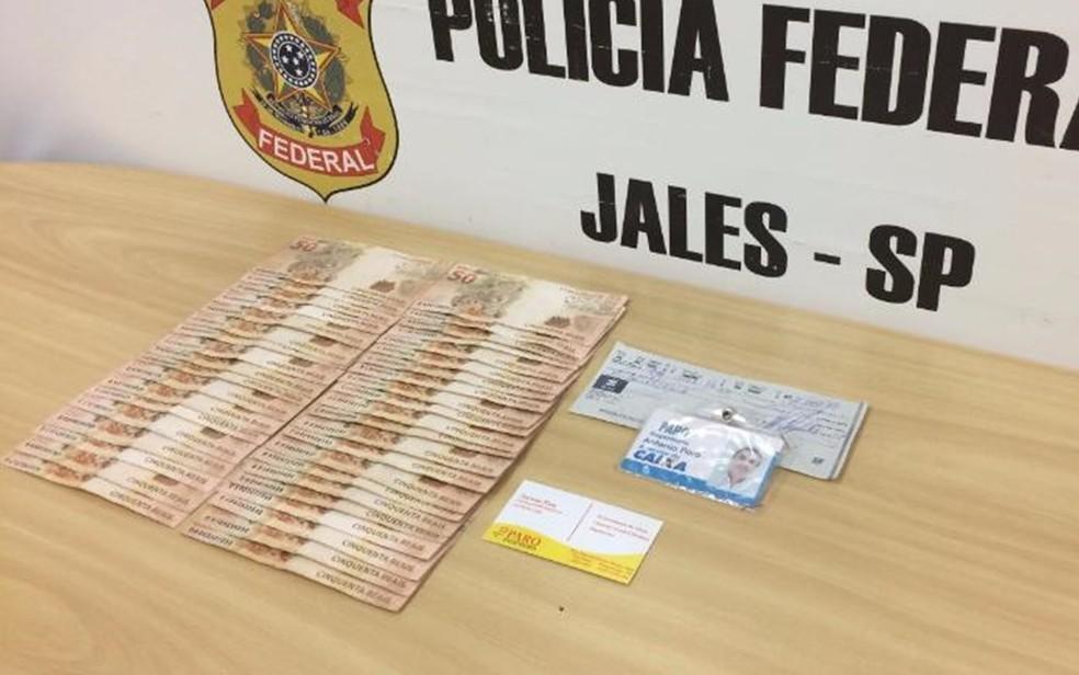 Dinheiro e cheques foram apreendidos pela Polícia Federal de Jales (Foto: Divulgação/PF)
