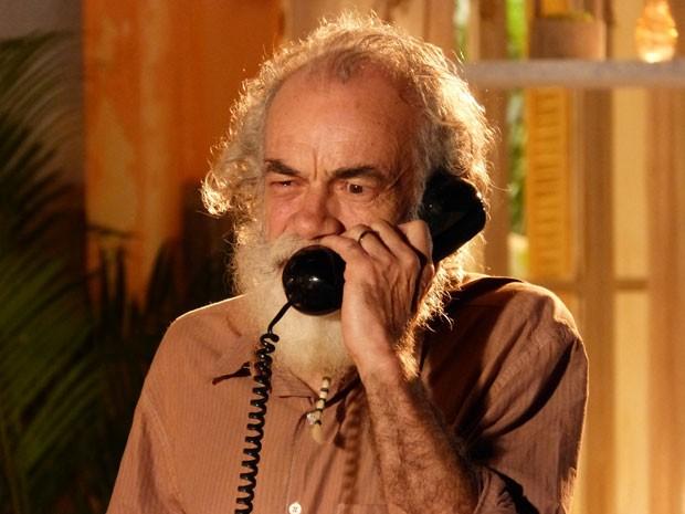 Chico não segura a emoção ao ouvir a voz do filho (Foto: Flor do Caribe / TV Globo)