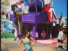 De shortinho, Viviane Araújo se diverte em parque nos EUA