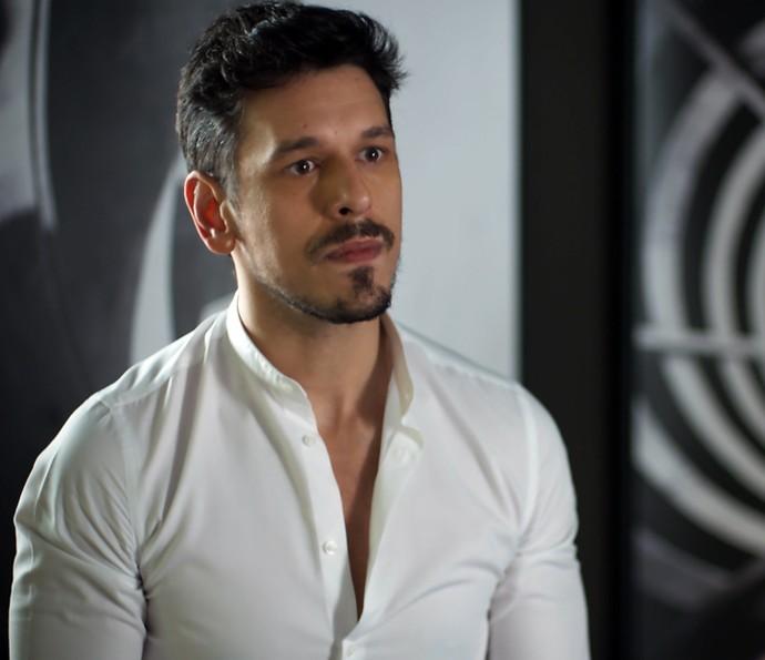 Lázaro diz que Diana não é mulher para Léo  (Foto: TV Globo)