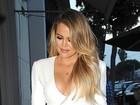 Usando vestido com fenda frontal, Khloe Kardashian mostra demais