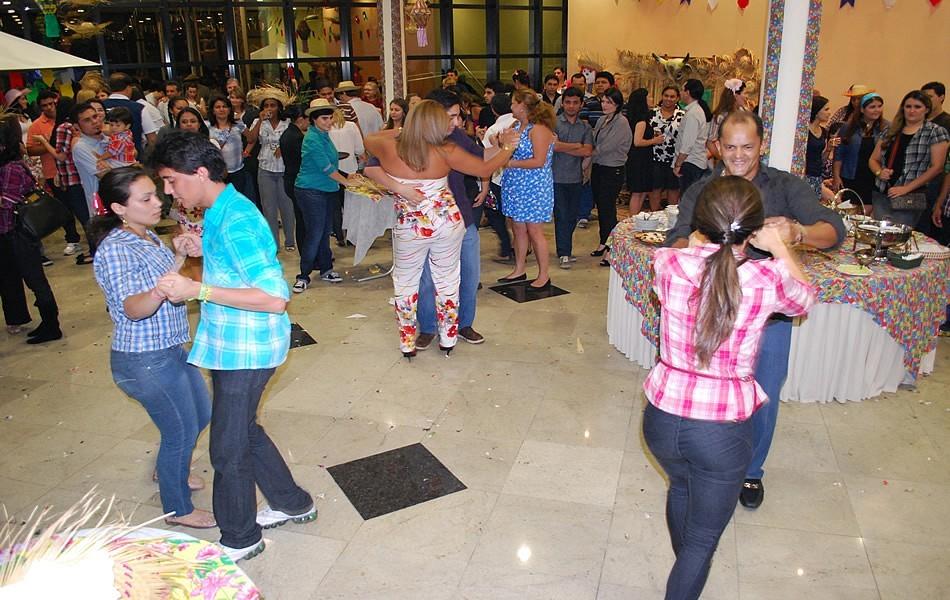 Além de sorteios e comidas típicas teve também muito forro pé-de-serra (Foto: Divulgação/Rede AM)