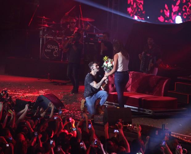 Fã da plateia foi escolhida para subir ao palco com Lucas Lucco (Foto: Carol Caminha/ GShow)