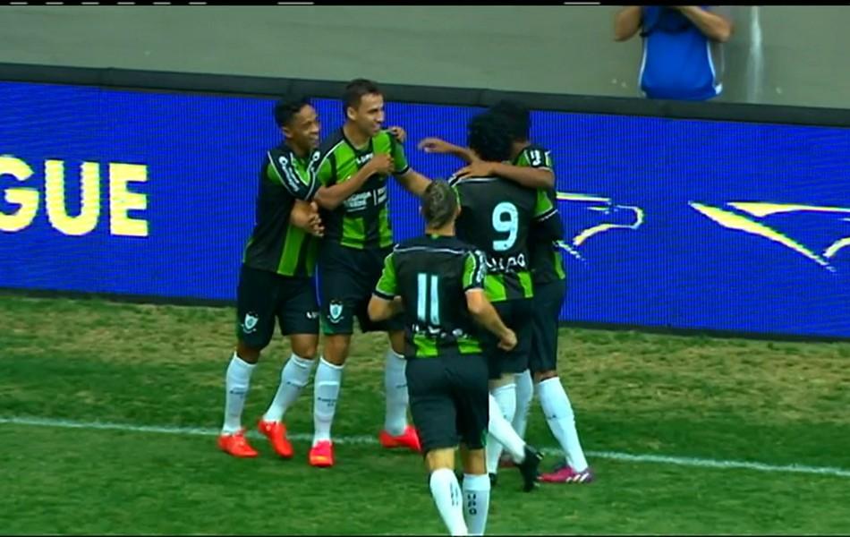Jogadores do América-MG comemoram gol marcado por Robertinho