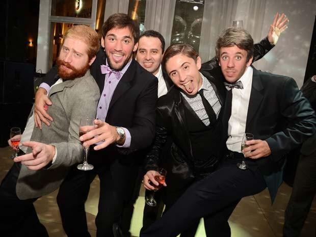 Convidados de uma das festas de casamento fictício posam para foto em Buenos Aires, na Argentina (Foto: Emiliano Ruiz/ Falsa Boda)