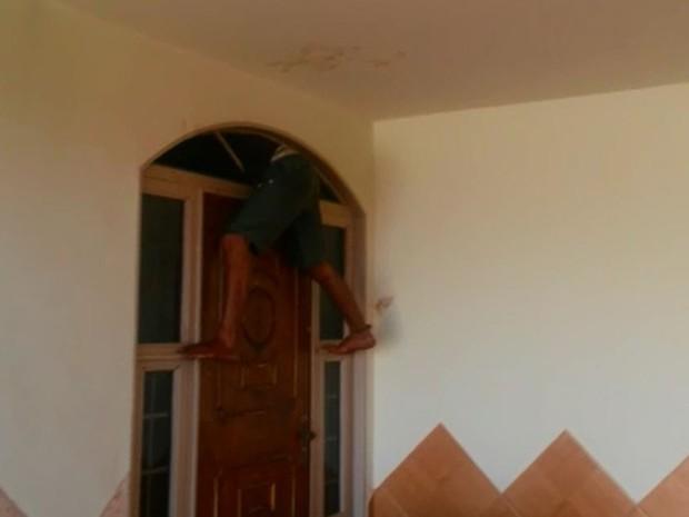 Suspeito ficou entalado em vão de porta ao tentar furtar casa em Igarapava (Foto: Divulgação/Polícia Militar)