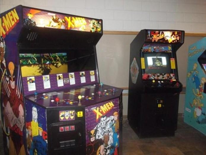 Máquina arcade original dos X-men (à esquerda), também havia máquinas para apenas dois jogadores (Foto: Reprodução / squarespace.com)