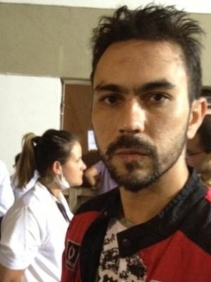 Rapaz foi buscar atendimento médico em ginásio (Foto: Iara Lemos/G1)