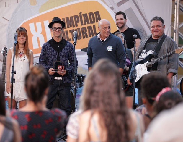 Morg e Orelha recebem o troféu de campeões  (Foto: Malhação / TV Globo)