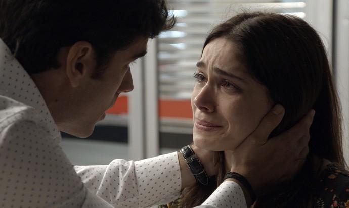 Felipe consola Shirlei e diz que vai tirá-la da cadeia (Foto: TV Globo)