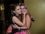 Isabella Santoni recebe carinho da mãe e de famosos em estreia no Rio