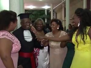 Netas e filhas do aposentado se emocionaram com a terceira formação dele  (Foto: Reprodução/TV Bahia)