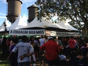 Professsores durante protesto (Foto: Ivanete Damasceno/G1)