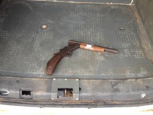 Espingarda encontrada com os homens que assaltaram uma residência em Porto Velho (Foto: Gaia Quiquiô/G1)