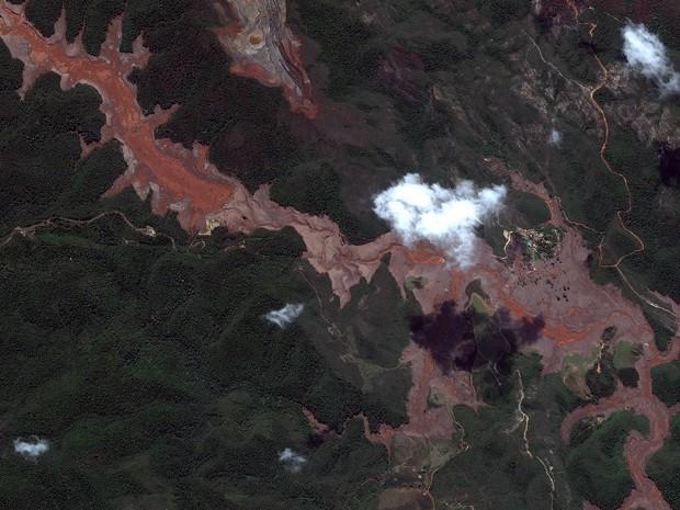 Área atingida por lama despejada de barragens em Mariana (Foto: DigitalGlobe e Globalgeo Geotecnologias)