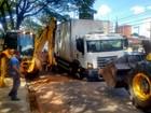 Asfalto cede e caminhão fica preso em buraco na Av. Coronel Marcondes