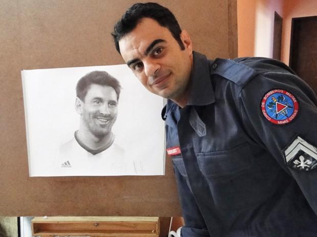Cabo Alexandre Santos Porto mostra trabalho e diz que pretende autógrafo.  (Foto: Flávia Cristini)