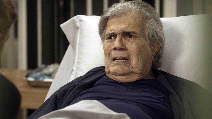 Fausto não consegue esconder sua aflição (Foto: TV Globo)
