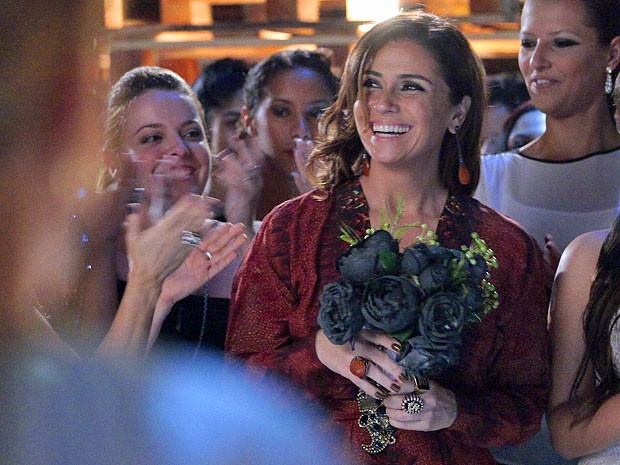 Helô pega o buquê de Bianca (Foto: Salve Jorge/TV Globo)