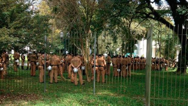 Policiais militares se concentram em torno do Palácio Iguaçu desde as 13h deste sábado (25) (Foto: Malu Mazza/ RPC)