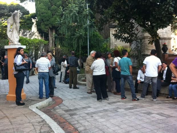 Amigos e familiares esperam a chegada do corpo de Paulo Vanzolini para o enterro no Cemitério da Consolação, em São Paulo, na tarde desta segunda-feira (29) (Foto: Letícia Mendes/G1)