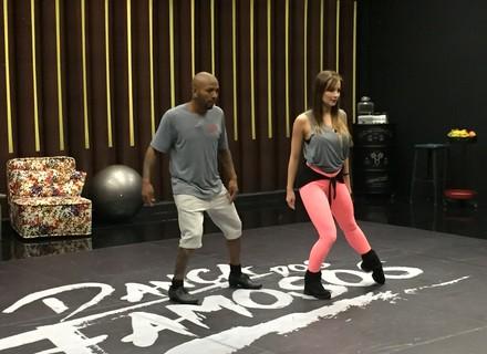 Nego do Borel dá apelido para bailarina e comenta o visual: 'Não queria estar careca no 'Dança''