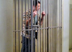 Ulisses acaba preso por culpa de Analú (Foto: Guerra dos Sexos / TV Globo)