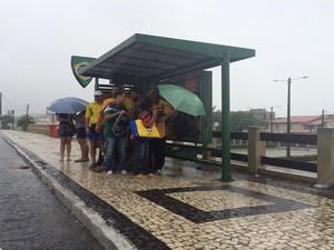 Mexicanos esperam por ônibus em parada na avenida Engenheiro Roberto Freire, na zona Sul de Natal (Foto: Fernanda Zauli/G1)