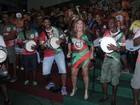Susana Vieira é tietada e cai no samba em ensaio da Grande Rio