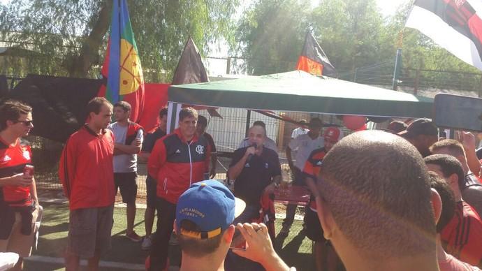 Eduardo Bandeira de Mello e rubro-negros brasileiros são recebidos por torcedores do Club Deportivo Flamengo, do Chile (Foto: Daniel Silva)