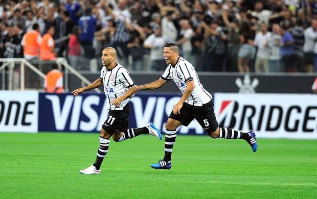 Emerson e Ralf, comemoração gol do Corinthians contra o Once Caldas (Foto: Marcos Ribolli)