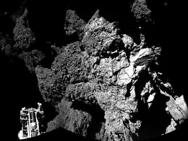 Uma combinação de fotos feitas pela Rosetta mostra a sonda Philae na superfície do cometa 67P/Churyumov-Gerasimenko. Ela se tornou a primeira nave a pousar em um cometa (Foto: Esa/Rosetta/Philae)