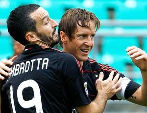 Ambrosini e Zambrotta comemoram gol do Milan  (Foto: Reuters)