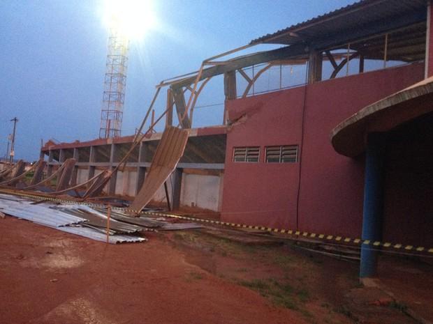 Parte da cobertura do Estádio Municipal João Saldanha foi arrancada pelo vento.  (Foto: Júnior Freitas/G1)