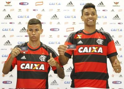 Arthur Henrique e Antonio Carlos são apresentados pelo Flamengo (Foto: Gilvan de Souza/ Fla Imagem)