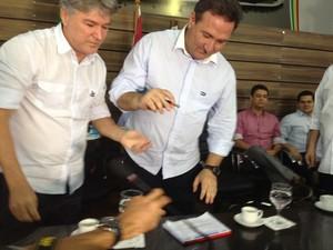 Lucas Barreto (à direita) vai tentar pela segunda vez se eleger ao governo (Foto: Fabiola Gomes/G1)