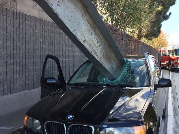 Motorista escapou ileso após uma viga de ferro atravessar para-brisa de BMW (Foto: San Jose Fire Department/AP)