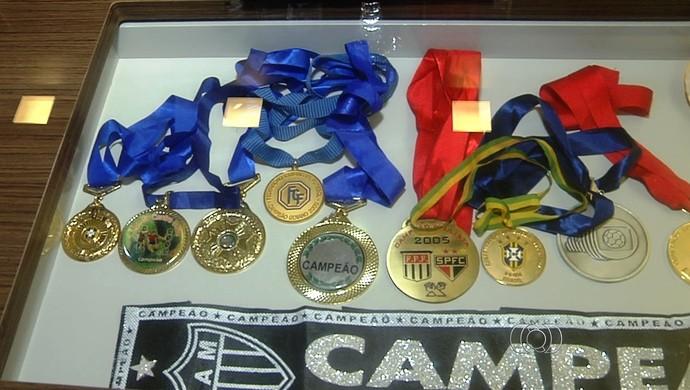 Josué, volante - coleção de medalhas (Foto: Reprodução/TV Anhanguera)
