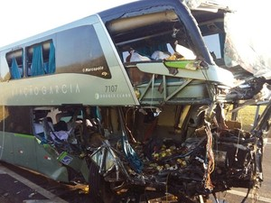 Acidente matou duas pessoas e deixou 14 feridos em Avaré (Foto: Adolfo Lima/ TV TEM)