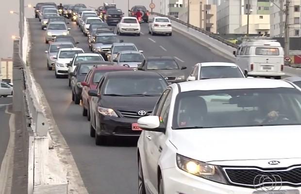 Motoristas reclamam de congestionamento na Avenida T-63 no sentido do Setor Pedro Ludovico à Praça Nova Suíça em Goiânia (Foto: Reprodução/ TV Anhanguera)