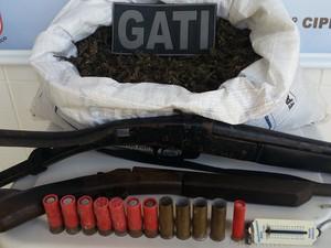 Duas espingardas e uma balança foram apreendidas em operação no sertão (Foto: Divulgação/ 7º CIPM)